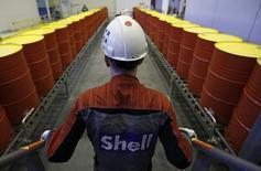 Сотрудник Shell на заводе компании в Торжке 7 ноября 2014 года. Нефтяная компания Royal Dutch Shell Plc получила разрешение правительства США на экспорт очень легкого вида нефти, прошедшего минимальную переработку, сообщила компания. REUTERS/Sergei Karpukhin