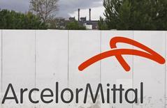 ArcelorMittal accuse la plus forte baisse du CAC 40 à la Bourse de Paris à la mi-séance, plombé par la chute des cours du minerai de fer qui approchent de leurs plus bas de cinq ans. La demande de la Chine, le plus gros consommateur d'acier dans le monde, recule et n'incite pas les aciéries à reconstituer leurs stocks. /Photo d'archives/REUTERS/Jean-Paul Pélissier