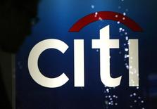 A man walks past a logo of Citigroup Inc in Tokyo February 3, 2009.   REUTERS/Yuriko Nakao
