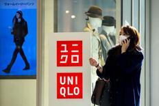 Fast Retailing, le propriétaire des magasins Uniqlo, a annoncé jeudi avoir demandé à deux fournisseurs chinois d'améliorer les conditions de travail dans leurs usines après la découverte de plusieurs problèmes à la suite d'une inspection du premier distributeur asiatique de vêtements. /Photo prise le 8 janvier 2015/REUTERS/Thomas Peter