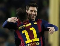 Neymar e Messi comemoram gol do Barcelona contra Paris St Germain em partida da Liga dos Campeões, no Camp Nou. 10/12/2014 REUTERS/Albert Gea