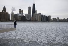 Una persona observa un lago parcialmente congelado frente a la ciudad de Chicago . Imagen de archivo, 5 enero, 2015. La actividad manufacturera en el estado de Nueva York se expandió en enero tras la caída del mes previo, mostró un sondeo de la Reserva Federal de Nueva York publicado el jueves. REUTERS/Jim Young