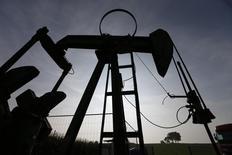 Schlumberger, le numéro un mondial des services pétroliers, a enregistré une baisse de son bénéfice net au titre du quatrième trimestre, à 302 millions de dollars (260 millions d'euros), mais son chiffre d'affaires a progressé à 12,64 milliards de dollars. /Photo d'archives/REUTERS/Vincent Kessler