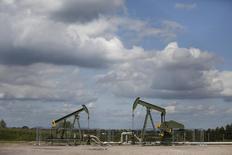 Станки-качалки в Ньедерлотербахе, Франция 7 мая 2014 года. Крупнейшая в мире нефтесервисная компания Schlumberger Ltd уволит 9.000 сотрудников, или 7 процентов персонала, в ответ на падение цен на нефть. REUTERS/Vincent Kessler