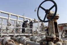 Les cours du pétrole pourraient encore baisser et un rebond ne paraît pas imminent, selon l'Agence internationale de l'Energie (AIE), qui perçoit cependant une accumulation de signes indiquant une prochaine inversion de tendance. /Photo prise le 16 novembre 2014/REUTERS/Essam Al-Sudani