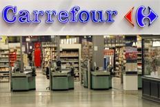 Вход в гипермаркет Carrefour под Парижем. 29 августа 2013 года. Французский ритейлер Carrefour нарастил темпы роста продаж в четвертом квартале минувшего года благодаря усилиям по реорганизации бизнеса в Европе. REUTERS/Charles Platiau