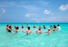 Imagen de archivo de turistas haciendo ejercicio en el agua en el Santa María Key Resort, Cuba, 4 abr, 2013. Viajeros estadounidenses tengan cuidado: Aún no pueden reservar legalmente sus próximas vacaciones en una playa de Cuba. REUTERS/Desmond Boylan