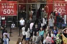Imagen de archivo de compradores en Citadel Outlets, Los Angeles, California, 26 dic, 2014. Los precios al consumidor de Estados Unidos registraron en diciembre su mayor declive en seis años mientras que las presiones inflacionarias subyacentes fueron benignas, lo que podría reforzar el argumento a favor de aplazar la primera subida de tasas de interés de la Reserva Federal. REUTERS/Jonathan Alcorn