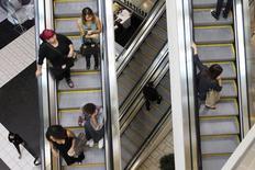 La confiance du consommateur américain s'est améliorée début janvier pour atteindre son plus haut niveau depuis 11 ans, selon les premiers résultats de l'enquête mensuelle de l'Université du Michigan. /Photo d'archives/REUTERS/David McNew