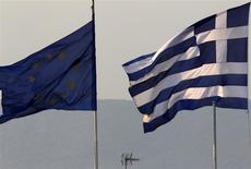 Les responsables de la zone euro ont discuté jeudi d'une prolongation du plan d'aide à la Grèce qui pourrait aller jusqu'à six mois, a-t-on appris vendredi soir auprès d'un responsable au fait des négociations. /Photo d'archives/REUTERS/Yannis Behrakis