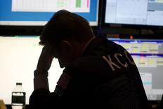 Трейдер на фондовой бирже в Нью-Йорке. 2 января 2015 года. Азиатские фондовые рынки завершили торги понедельника разнонаправленно под влиянием локальных факторов. REUTERS/Carlo Allegri
