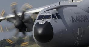 Airbus Defence and Space revoit actuellement son planning de livraisons d'avions de transport militaire A400M pour 2015 avec les différents pays clients et le nouveau programme sera confirmé fin février. /Photo d'archives/REUTERS/Christian Hartmann