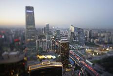 Edificios son fotografiados en el centro financiero de Beijing. Imagen de archivo, 3 septiembre, 2014. El crecimiento económico de China se mantuvo en 7,3 por ciento en el cuarto trimestre del 2014, estable en comparación con un año antes y algo por encima de lo que se esperaba, pero sigue cerca de su menor nivel desde la crisis financiera global y presiona a las autoridades para evitar una desaceleración mayor. REUTERS/Jason Lee