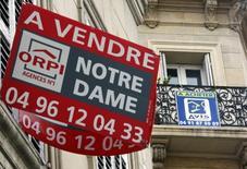 Les prix des logements ont augmenté de 0,9% au troisième trimestre 2014 en France, aussi bien dans l'ancien que dans le neuf, tout en reculant sur un an pour le dixième trimestre consécutif, selon l'Insee. /Photo d'archives/REUTERS/Jean-Paul Pélissier