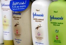 Продукция компании Johnson & Johnson на полке магазина в Уэстминстере, штат Колорадо. 14 апреля 2009 года. Продажи Johnson & Johnson в четвертом квартале оказались ниже ожиданий рынка из-за укрепления доллара, затмившего хороший спрос на лекарства. REUTERS/Rick Wilking