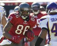 Tampa Bay Buccaneers receiver Jerramy Stevens tries to elude Minnesota Vikings defender Darren Sharper during the first half of their NFL football game at Raymond James Stadium in Tampa, Florida on November 16, 2008.      REUTERS/Pierre DuCharme