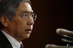 Le gouverneur de la Banque du Japon, Haruhiko Kuroda. La BoJ a révisé en baisse ses prévisions d'inflation et étendu un programme de prêts destiné à encourager l'octroi de crédits par les banques, espérant faire taire ses détracteurs qui lui reprochent de ne prendre aucune mesure pour faire remonter des prix à la consommation plombés par la chute des cours du pétrole.  /Photo prise le 21 janvier 2015/REUTERS/Toru Hanai