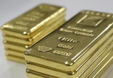 Слитки золота в банке Banque Cantonale Vaudoise близ Лозанны. 17 февраля 2011 года. Цены на золото растут за счет ослабления доллара, опасений за мировую экономику и надежд на новые стимулирующие меры Европейского центробанка. REUTERS/Denis Balibouse (SWITZERLAND - Tags: BUSINESS) - RTR2IPNV