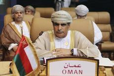 Imagen de archivo del ministro del Petróleo de Omán, Mohammad bin Hamad al-Rumhy, durante un foro en Doha. 11 noviembre, 2011. Hamad al-Rumhy, criticó duramente la política de producción de la OPEP el miércoles, diciendo que está creando volatilidad en el mercado sin beneficiar a los productores de crudo y que su país está sufriendo por ella. REUTERS/Mohammed Dabbous