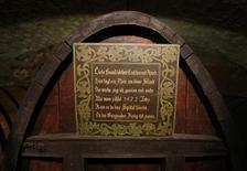 Le plus vieux vin en tonneau du monde, gardé dans la cave des hospices de Strasbourg depuis 1472, a été transféré en grande pompe mercredi soir, dans un nouveau foudre de chêne où il vieillira encore quelques siècles.  Ce cru légendaire n'a été dégusté qu'à trois reprises, en plus de cinq cents ans, toujours pour des occasions exceptionnelles.  /Photo prise le 21 janvier 2015/REUTERS/Vincent Kessler
