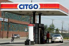 Una estación de gasolina de Citgo en Kearny, Nueva Jersey, 24 de septiembre de 2014. Citgo Petroleum, filial de refinación en Estados Unidos de la petrolera estatal venezolana PDVSA, está poniendo parte de sus activos como garantía para la emisión de bonos y la contratación de un crédito por un total del 2.500 millones de dólares, según datos de IFR, un servicio de Thomson Reuters. REUTERS/Eduardo Munoz