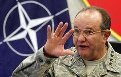 Генерал Филип Бридлав дает интервью в штабе НАТО в Неаполе. 11 ноября 2014 года. Командование НАТО намеревается восстановить контакты с российской военной верхушкой после месяцев напряженности из-за кризиса на Украине, сказал командующий силами альянса в Европе американский генерал Филип Бридлав. REUTERS/Ciro De Luca