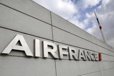 Air France va supprimer 800 postes et faire des économies supplémentaires afin de mieux résister à la concurrence des compagnies à bas coûts et du Golfe. /Photo prise le 22 septembre 2014/REUTERS/Jacky Naegelen