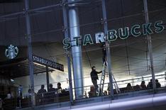 Starbucks a fait état jeudi d'une légère progression de la fréquentation dans ses établissements d'Amérique du Nord pendant le trimestre de Noël, une annonce qui rassure les investisseurs. /Photo prise le 17 novembre 2014/REUTERS/Carlos Barria