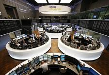 Les Bourses européennes prolongent leur hausse de la veille vendredi en début de séance, Paris touchant son plus haut niveau en six ans et demi, après la décision historique de la Banque centrale européenne (BCE) de lancer un vaste plan de rachats de dettes souveraines.  À Paris, le CAC 40 prend 1,44%, à un plus haut de six ans et demi, vers 9h40, et à Francfort, le Dax gagne 1,47%, à un nouveau record. /Photo prise le 22 janvier 2015/REUTERS/Ralph Orlowski
