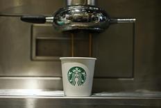 Пластиковый стакан в кофейне Starbucks в Лондоне. 11 января 2013 года. Starbucks Corp сообщил в четверг об увеличении трафика в своих американских кофейнях в прошлом квартале, успокоив инвесторов, которые опасаются замедления темпов роста. REUTERS/Stefan Wermuth