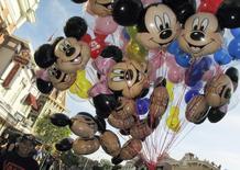 Balões do Mickey Mouse carregados por vendedores na Disneylândia, em Anaheim. 11/03/2011  REUTERS/Mike Blake