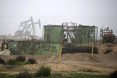 Нефтехранилища и станки-качалки близ города Бейкерсфилд, Калифорния, 17 января 2015 года. Цены на нефть растут после смерти в пятницу 90-летнего короля Саудовской Аравии, вселившей неуверенность в участников рынка, которые рассматривали монарха как идеолога высокой добычи. REUTERS/Lucy Nicholson