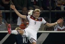 Andre Schuerrle, da seleção da Alemanha, cabeceia bola durante partida contra a Escócia pelas eliminatórias da Eurocopa em Dortmund. 07/09/2014 REUTERS/Ina Fassbender