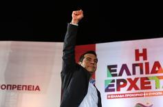 Líder oposicionista e do partido radical de esquerda Syriza, Alexis Tsipras, acena durante evento em Atenas 22/01/ 2015.  REUTERS/Yannis Behrakis