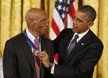 U.S. President Barack Obama presents the Presidential Medal of Freedom to baseball Hall of Fame player Ernie Banks at a ceremony in the East Room of the White House in Washington November 20, 2013. REUTERS/Larry Downing