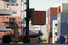 Рабочий в порту Токио 17 декабря 2014 года. Рост японского экспорта в декабре был максимальным за год благодаря ослаблению иены и повышению спроса за рубежом, в основном в США. REUTERS/Thomas Peter