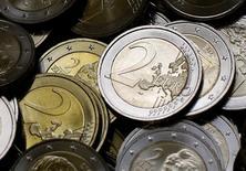 Monedas de dos euros fotografiadas en Vienna. Imagen de archivo, 20 junio, 2013. El euro volvía a hacer pie el lunes después de dos días de pérdidas dramáticas y de que el resultado de las elecciones en Grecia hundiera a la moneda única al mínimo de 11 años.  REUTERS/Leonhard Foeger