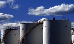 Нефтехранилища на НПЗ в пригороде Сиднея. 6 августа 2004 года. Цены на нефть растут после комментариев главы ОПЕК, предположившего, что цены достигли низшей точки. REUTERS/Tim Wimborne