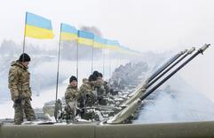 Украинские военные на бронемашинах на стрелковом полигоне близ Житомира 5 января 2015 года. Украина попросила у Запада военной помощи в противостоянии с Россией, которую определила как страну-агрессора и обвинила в пособничестве сепаратистам на востоке, где вооруженный конфликт уже унес более 5.000 жизней. REUTERS/Valentyn Ogirenko