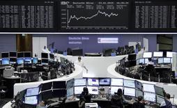Operadores en sus estaciones de trabajo en la bolsa alemana en Fráncfort, ene 23 2015. Las acciones europeas frenaron el martes su repunte de los últimos días, presionadas por los renovados temores sobre Grecia y resultados trimestrales débiles en compañías como Siemens y Philips. REUTERS/Pawel Kopczynski/remote