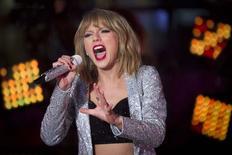 A cantora Taylor Swift se apresenta na noite de Ano-Novo na Times Square, em Nova York, Estados Unidos. 31/12/2014 REUTERS/Carlo Allegri