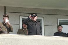 Лидер КНДР Ким Чен Ын наблюдает за ходом военных учений. Фото опубликовано KCNA в Пхеньяне 24 октября 2014 года. Северокорейский лидер Ким Чен Ын подтвердил свой визит в Россию, куда он был приглашен на майские торжества, посвященные юбилею победы в Великой Отечественной войне.  REUTERS/KCNA