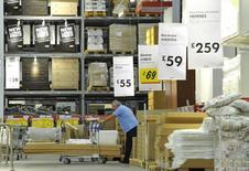 Покупатель в магазине Ikea в Лондоне 15 октября 2010 года. IKEA Group, крупнейший в мире продавец мебели, сообщил в среду, что его годовая чистая прибыль не изменилась по отношению к предыдущему году, а европейский рынок продолжил улучшаться. REUTERS/Toby Melville