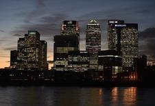 Le propriétaire du quartier d'affaires londonien de Canary Wharf, Songbird Estates, ne s'oppose plus à une OPA de quatre milliards de dollars (3,5 milliards d'euros) emmenée par le Qatar et dit que l'offre dispose maintenant du soutien d'actionnaires représentant au moins 86% du capital; /Photo prise le 7 novembre 2014/REUTERS/Toby Melville