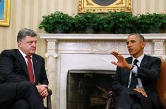 Президенты США Барак Обама (справа) и Украины Пёр Порошенко на встрече в Вашингтоне 18 сентября 2014 года. Министр финансов США, пообещавший Киеву дополнительную финансовую поддержу в 2015 году, сказал, что Вашингтон может усилить давление на Россию за пособничество сепаратистам на востоке Украины, где вооруженный конфликт унес с апреля более 5.000 жизней. REUTERS/Larry Downing