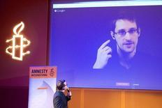 Ex-prestador de serviço da NSA Edward Snowden, que está em Moscou, visto em telão durante videoconferência realizada pela Anistia Internacional. 10/12/2014 REUTERS/Charles Platiau