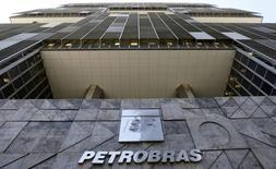 """Vista de la sede de Petrobras en Rio de Janeiro. Imagen de archivo, 16 diciembre, 2014.  La petrolera estatal de Brasil Petrobras reportó el miércoles una ganancia neta no auditada en el tercer trimestre de 3.090 millones de reales (1.200 millones de dólares) después de que su directorio dijo que resultó """"poco práctico"""" estimar el valor de los cargos ligados a un escándalo de corrupción.  REUTERS/Sergio Moraes"""