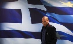 """Yanis Varoufakis llega a una ceremonia realizada en Atenas, 28 enero, 2015. El ministro griego de Finanzas dijo el miércoles que tiene previsto reunirse con sus colegas europeos para lograr un acuerdo entre el país y sus acreedores que sustituya al actual programa de rescate, subrayando que puede alcanzarse un pacto sin llegar a """"un duelo"""" con Europa. REUTERS/Marko Djurica"""