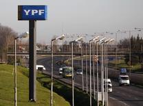 Un letrero de la compañía YPF al costado de una autopista en Buenos Aires. Imagen de archivo, 28 agosto, 2014.  La petrolera argentina YPF y la china Sinopec firmaron el miércoles un memorando de entendimiento para desarrollar proyectos de gas y petróleo convencional y no convencional .REUTERS/Enrique Marcarian
