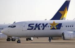 Skymark Airlines, première compagnie indépendante à bas coûts au Japon, a déposé son bilan mercredi dans le cadre de la législation japonaise sur les faillites. La compagnie pourrait en outre devoir verser une amende importante à Airbus après avoir annulé en juillet une commande de six très gros porteurs A380 pour deux milliards de dollars. /Photo prise le 19 novembre 2014/REUTERS/Toru Hanai